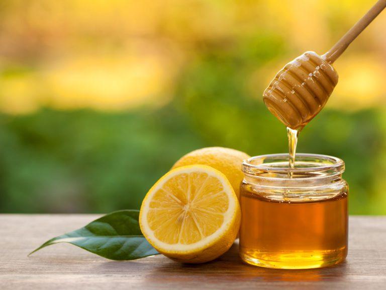 Honiglöffel löffelt Honig